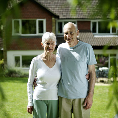 公园户外 : Senior couple posing for the camera