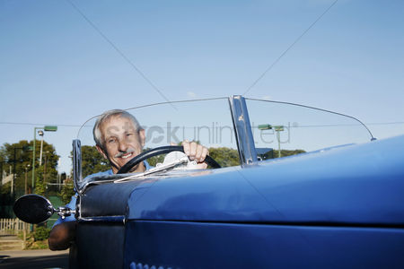 只有成人 : Senior man traveling in the car