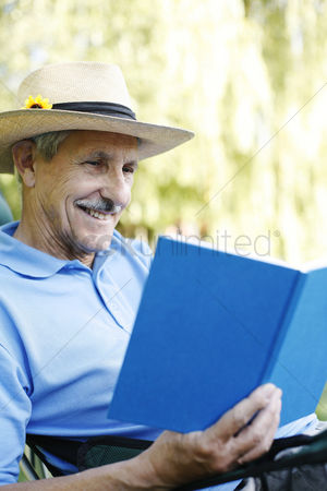 只有成人 : Senior man with hat reading book
