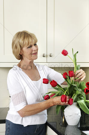 只有成人 : Senior woman arranging flowers