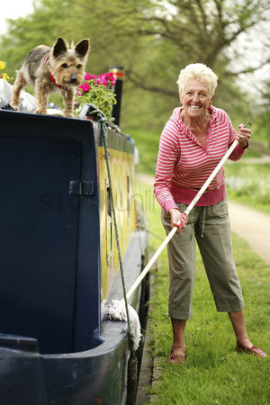 只有成人 : Senior woman mopping houseboat
