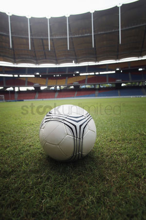 体育 : Soccer ball on the field