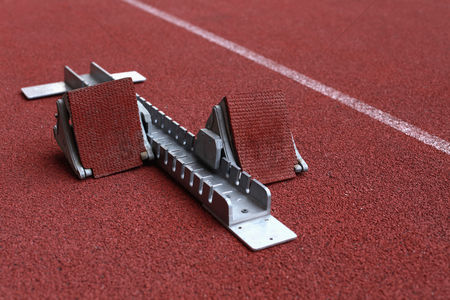 体育 : Starting block on sports track