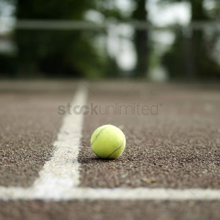 体育 : Tennis ball in tennis court