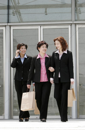 流动性 : Three business women walking together