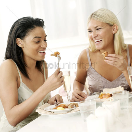 食物 : Two friends having meal together