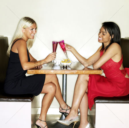 饮料 : Two women spending leisure time together in a bar