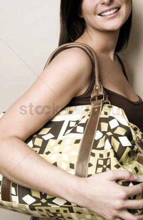 购物 : Woman carrying a big bag