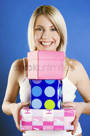购物 : Woman carrying a stack of presents