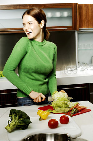 食物 : Woman cutting vegetables in the kitchen