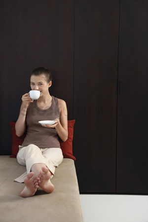 饮料 : Woman drinking a cup of tea