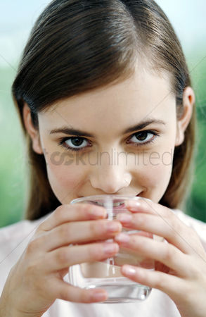 饮料 : Woman drinking a glass of water