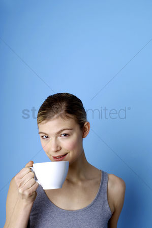 她 : Woman drinking coffee