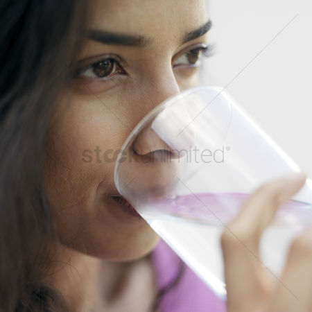 食物 : Woman drinking water