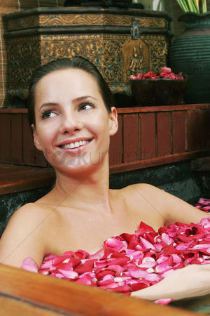 花 : Woman enjoying a flower bath