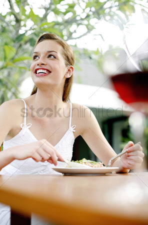 饮料 : Woman enjoying her meal