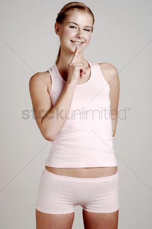 体育 : Woman flashing a smile at the camera