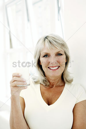 只有成人 : Woman holding a glass of milk
