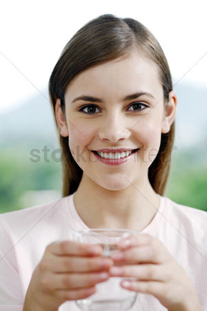 饮料 : Woman holding a glass of water