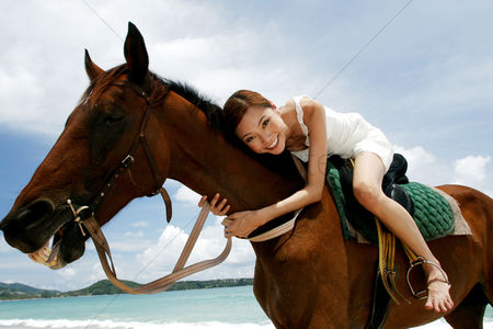 体育 : Woman horse riding on the beach