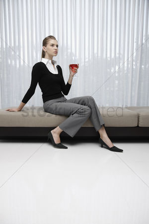 食物 : Woman in formal wear holding a glass of wine