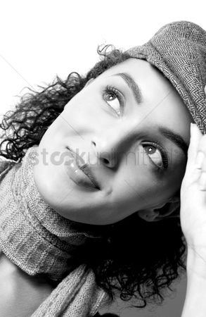 美女时尚 : Woman in hat smiling while thinking