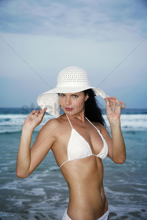 她 : Woman in white hat and bikini posing for the camera