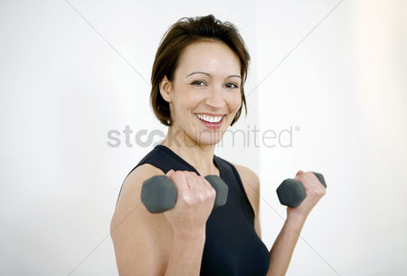 体育 : Woman lifting dumbbells