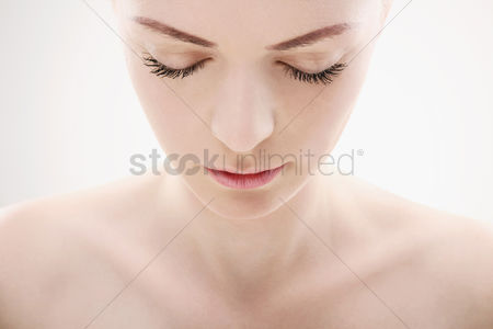 美女时尚 : Woman looking down with her eyes closed