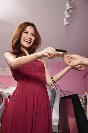 购物 : Woman paying with credit card