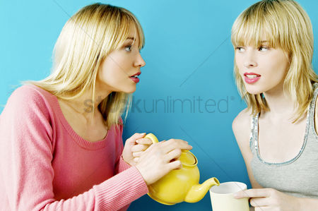 食物 : Woman pouring tea for her friend