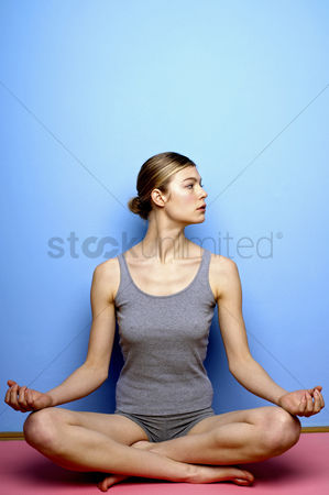 体育 : Woman practicing yoga