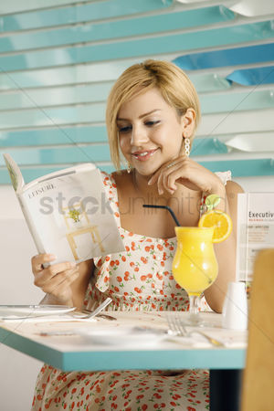 食物 : Woman reading a book