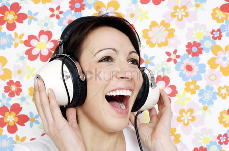 复古 : Woman smiling while listening to music on the headphones