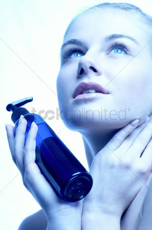 美女时尚 : Woman spraying her face