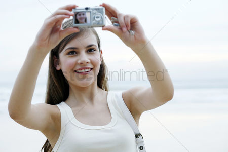 技术 : Woman taking her own picture with a digital camera