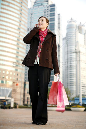 购物 : Woman talking on the hand phone