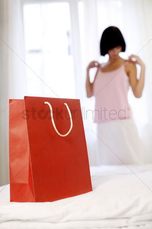 购物 : Woman trying on the clothes she just bought
