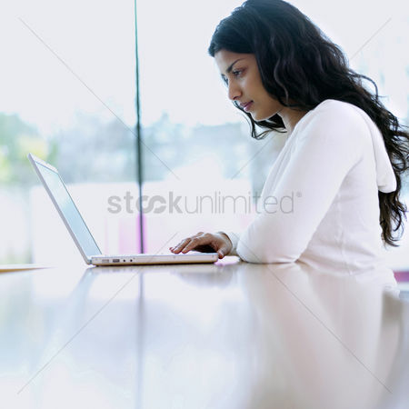 她 : Woman using laptop