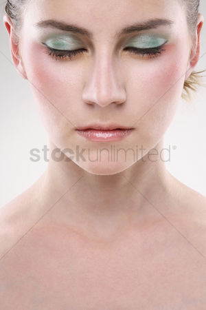 美女时尚 : Woman with sparkling eye shadow closing her eyes
