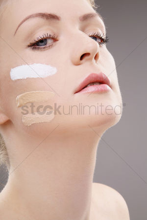 美女时尚 : Woman with three shades of foundation on cheek