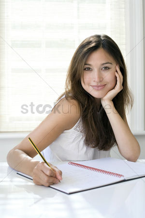 她 : Woman working at her desk in a home office