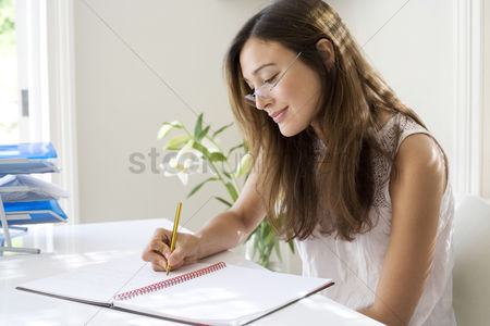 花 : Woman working at her desk in a home office
