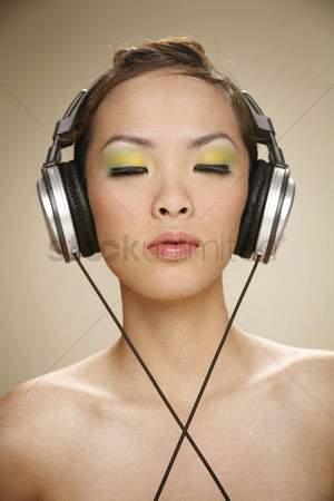 美女时尚 : Young woman listening to music on the headphones