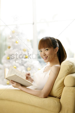 庆典 : Young woman reading book